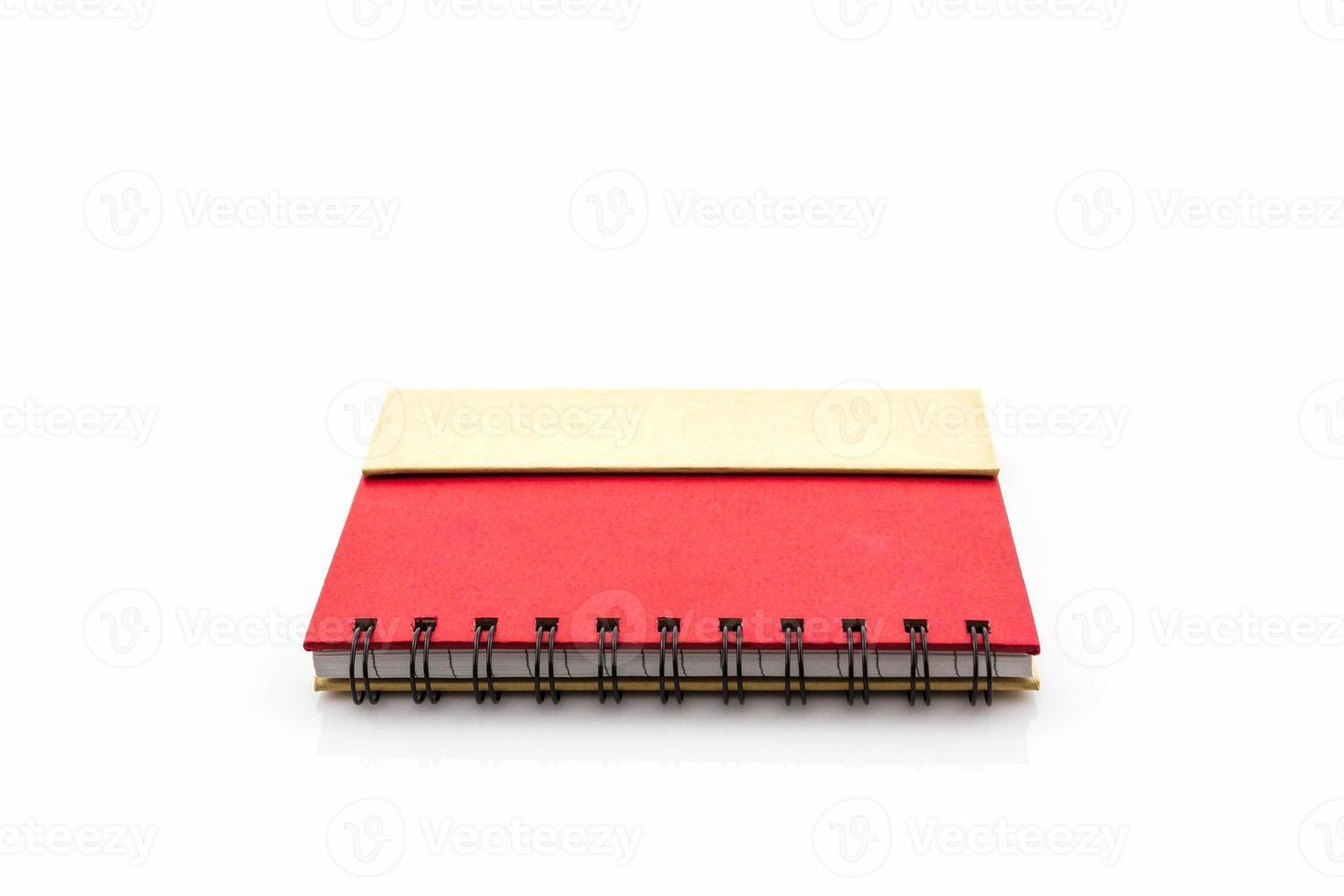 livro diário vermelho sobre fundo branco. foto