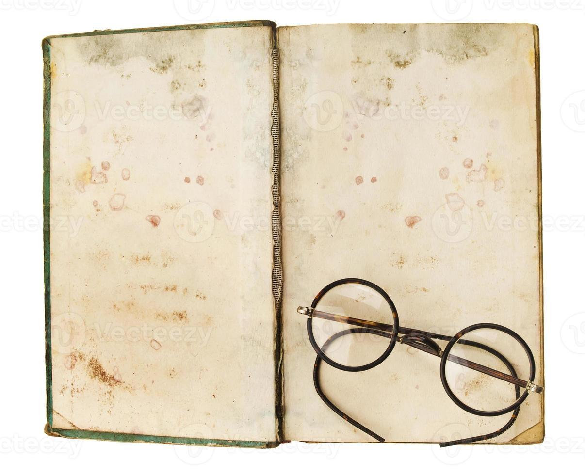 livros antigos com óculos, isolados no fundo branco foto