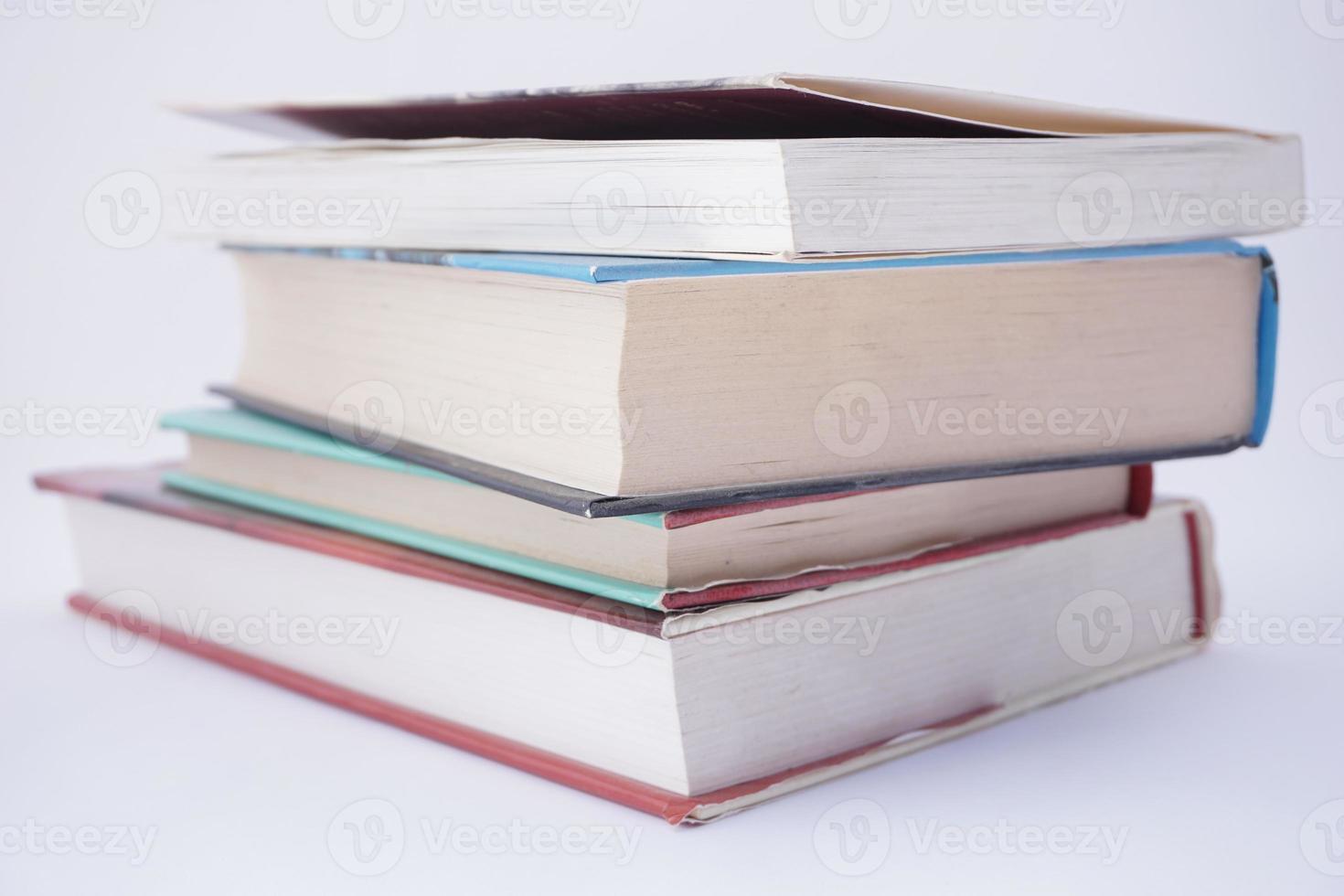 livros sobre fundo branco foto