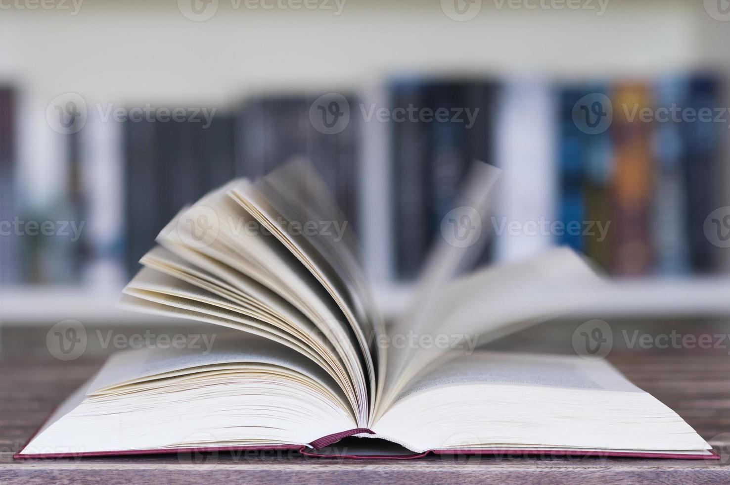 livro aberto na frente da estante foto