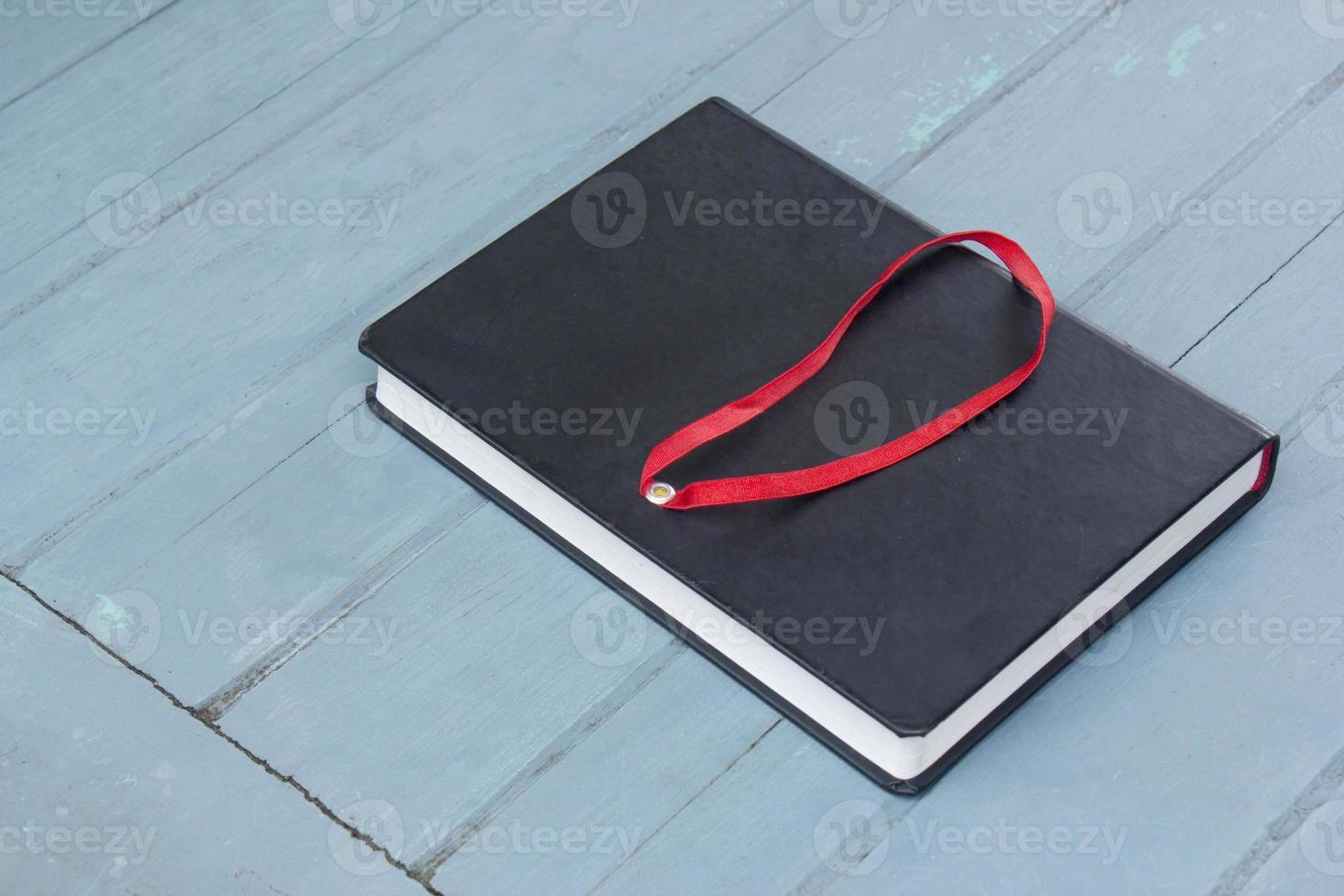 livro de capa dura sobre fundo madeira foto