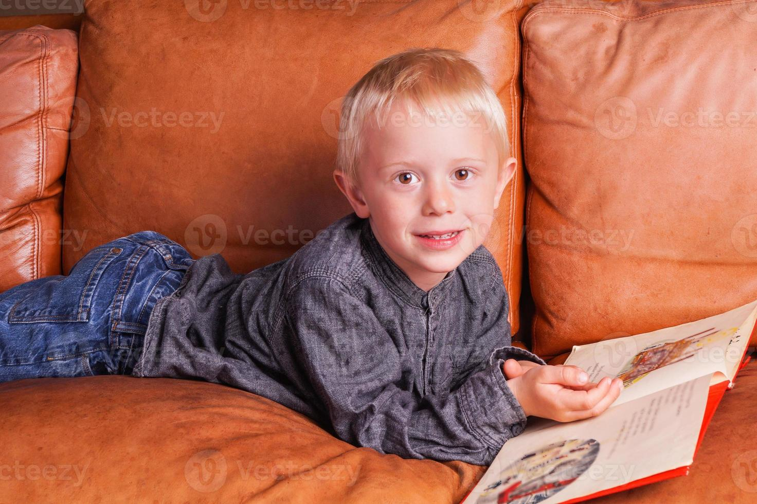 criança lê em um livro foto