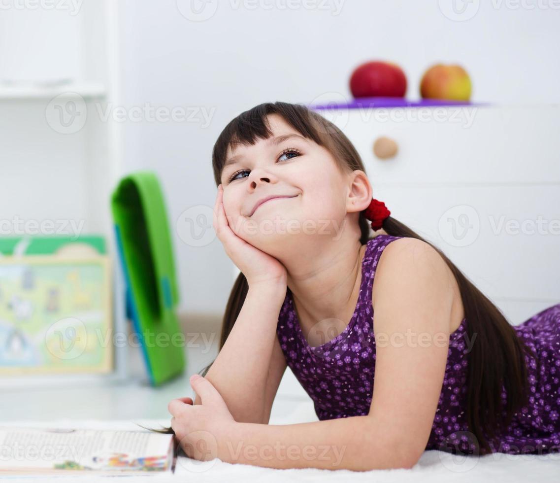menina está lendo um livro foto