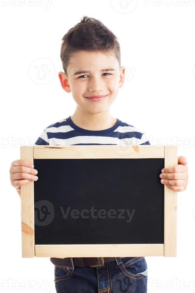 menino com lousa foto