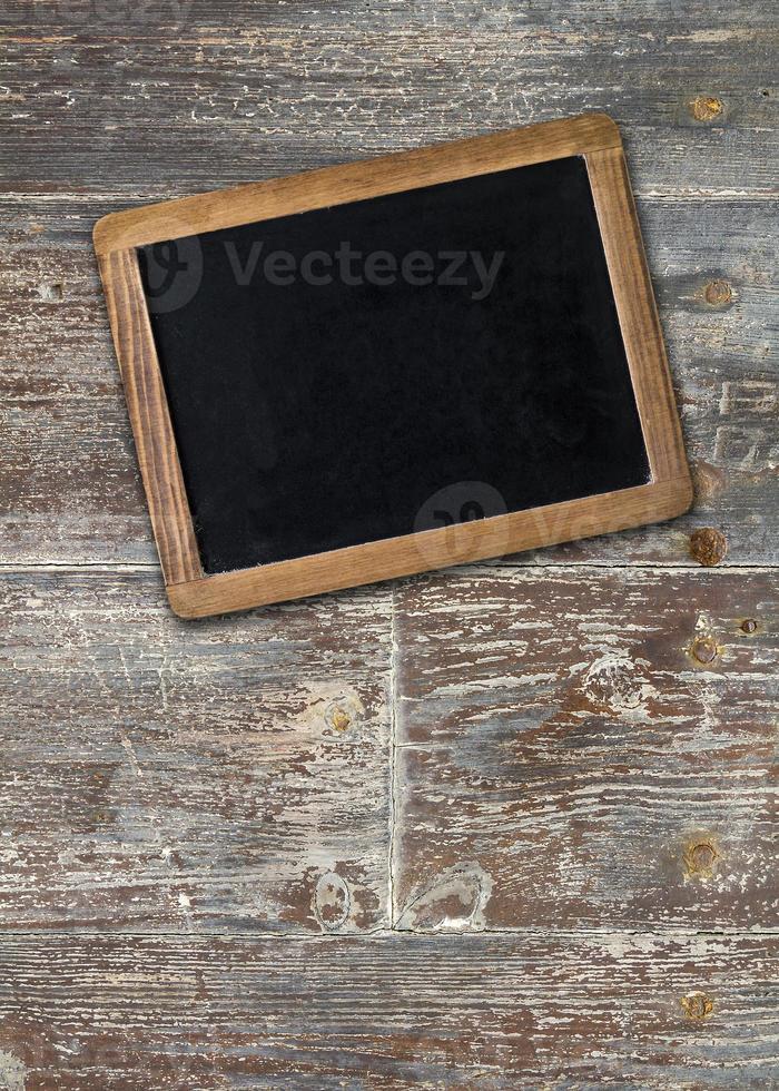 lousa vazia na superfície de madeira foto