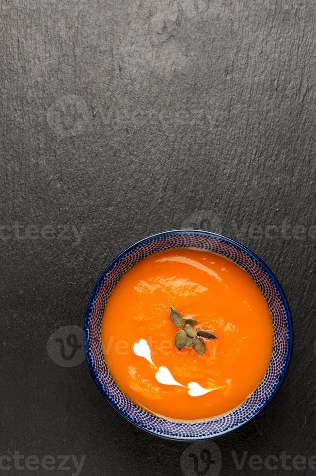 sopa de abóbora na lousa foto
