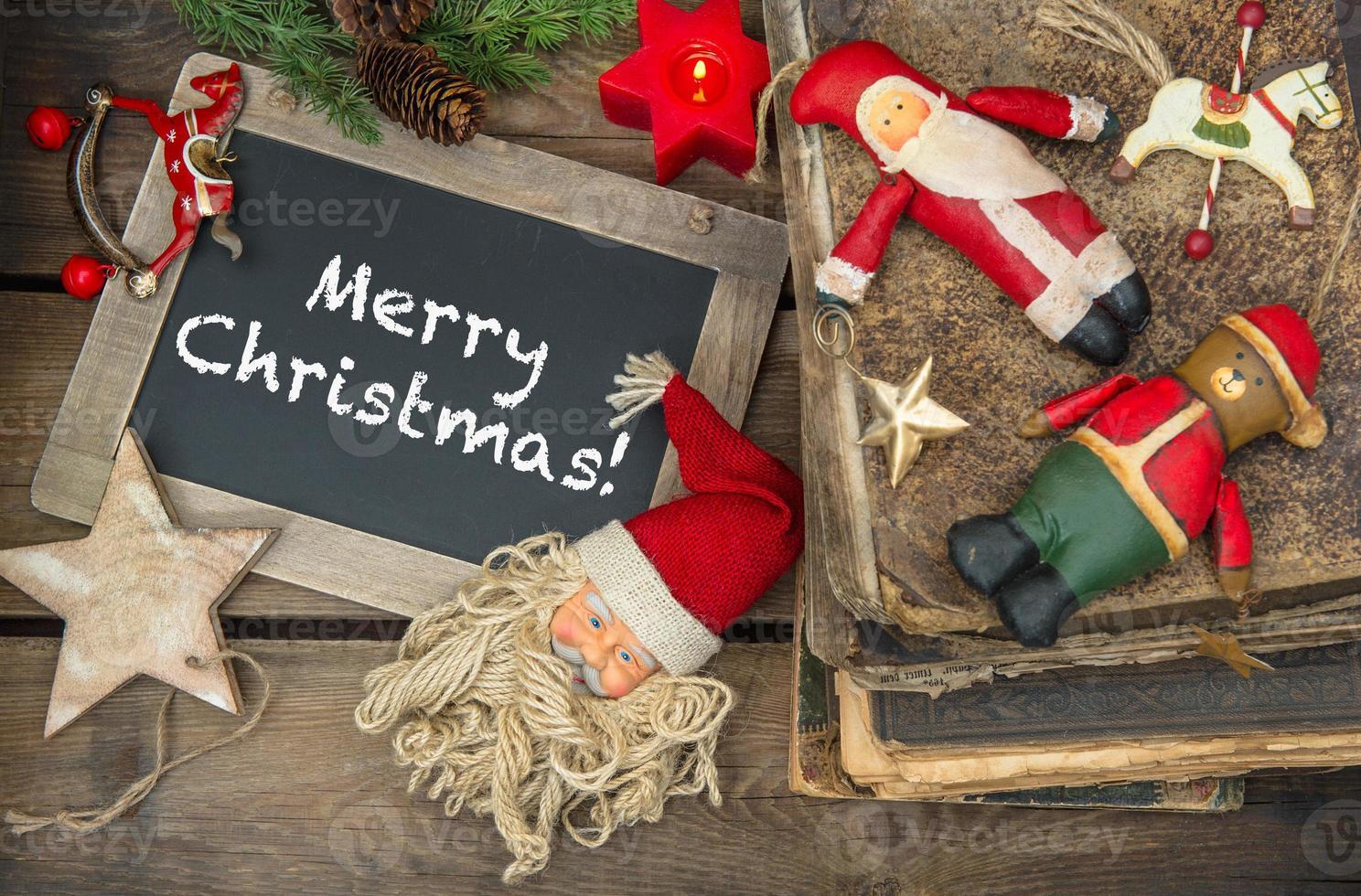 velas de decoração de Natal e brinquedos antigos. quadro-negro foto