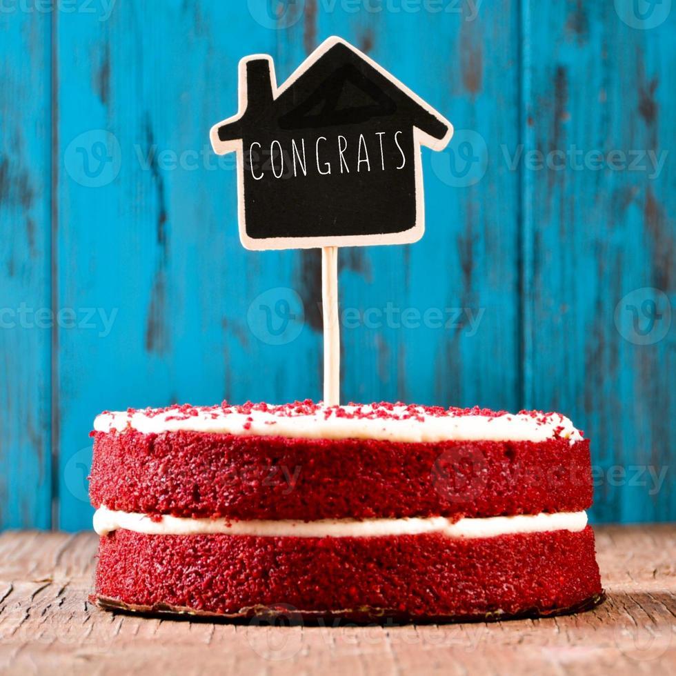quadro em forma de casa com o texto parabéns em um bolo foto