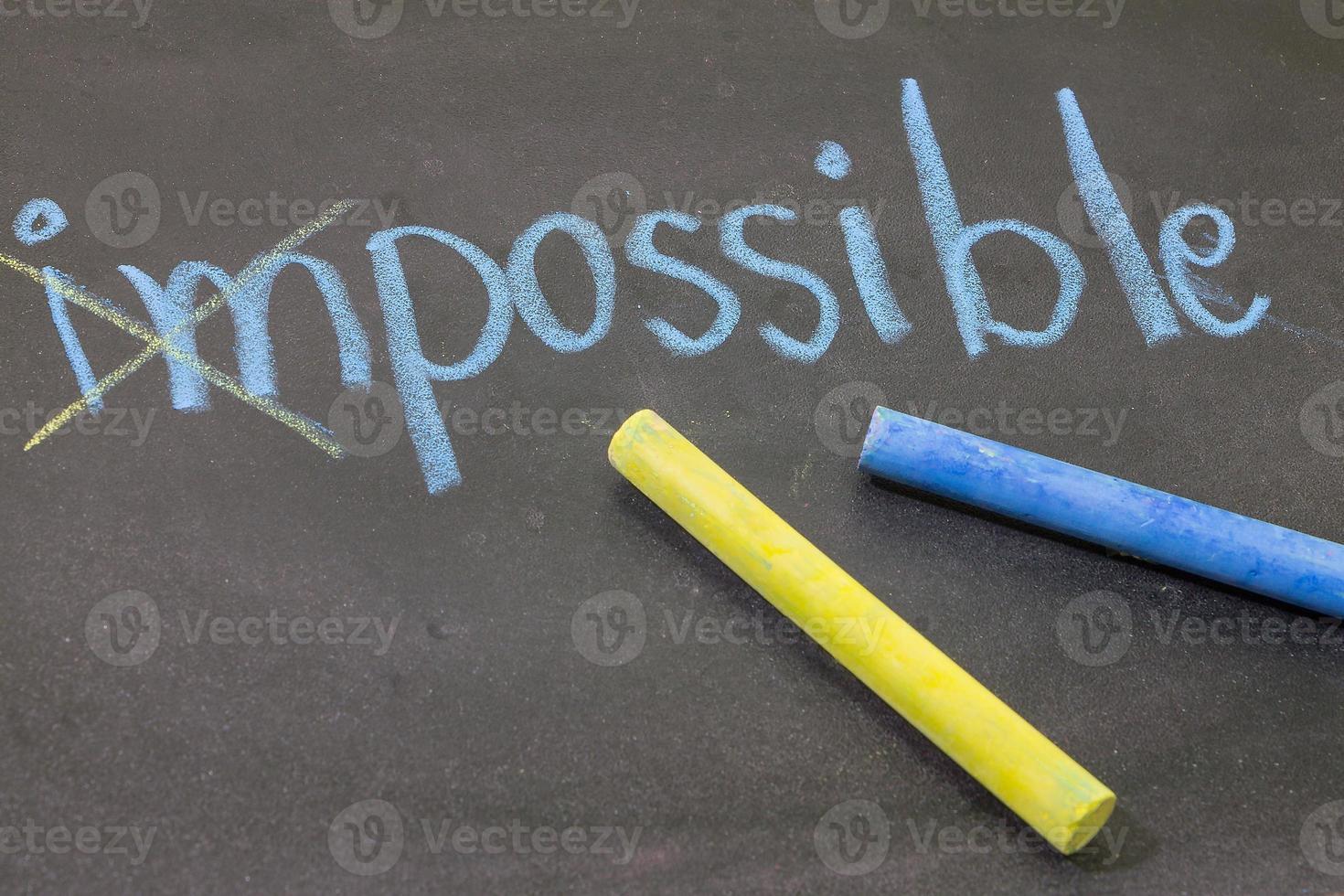 """mão desenhar com giz """"impossível"""" em fundo de quadro de giz foto"""