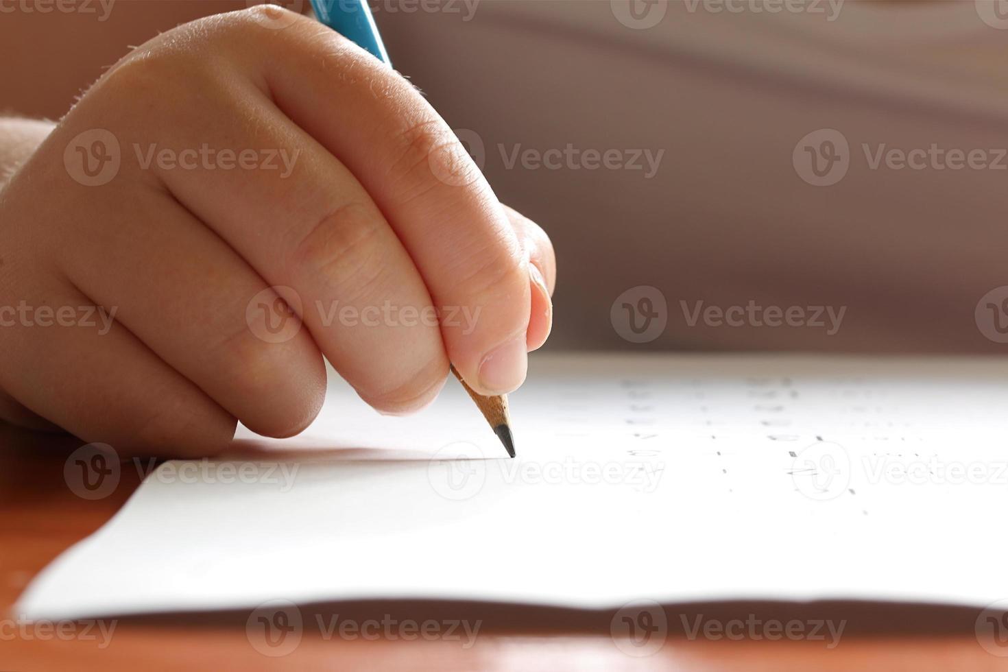 criança estudando foto