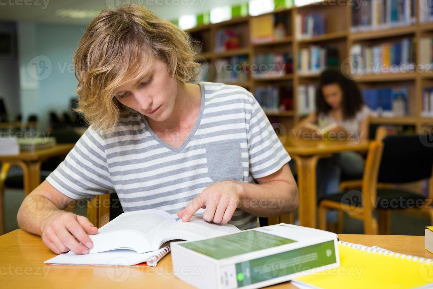aluno estudando na biblioteca foto