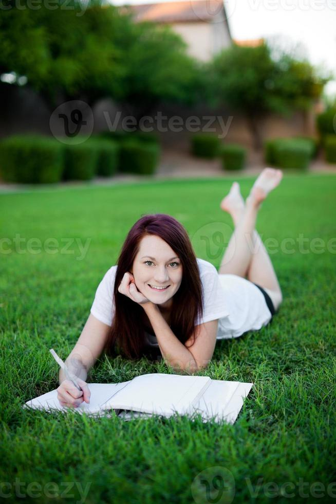 menina estudando no parque. foto