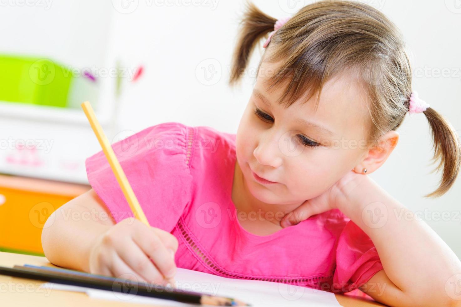 menina bonitinha estudar em casa foto