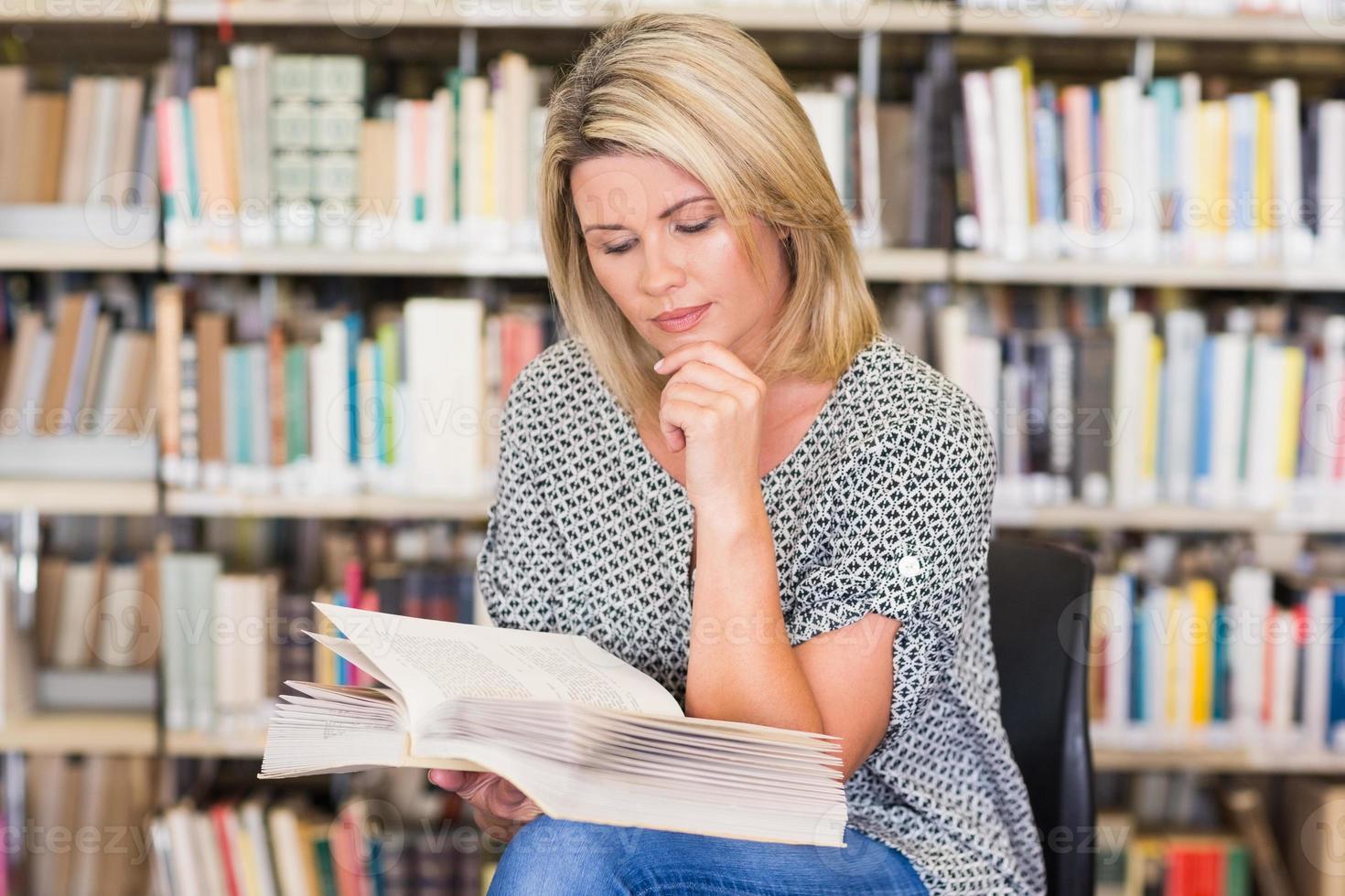 estudante maduro, estudando na biblioteca foto
