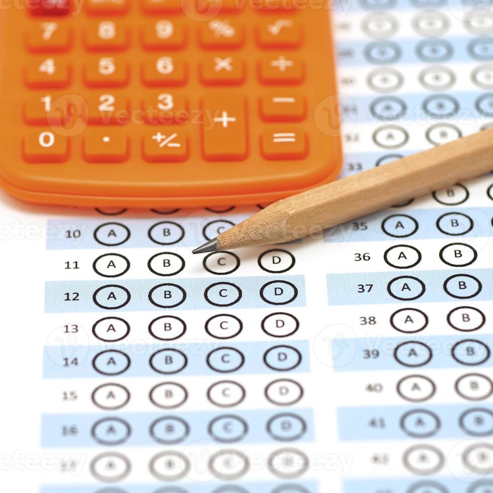 pontuação do teste da folha de respostas com lápis e calculadora foto