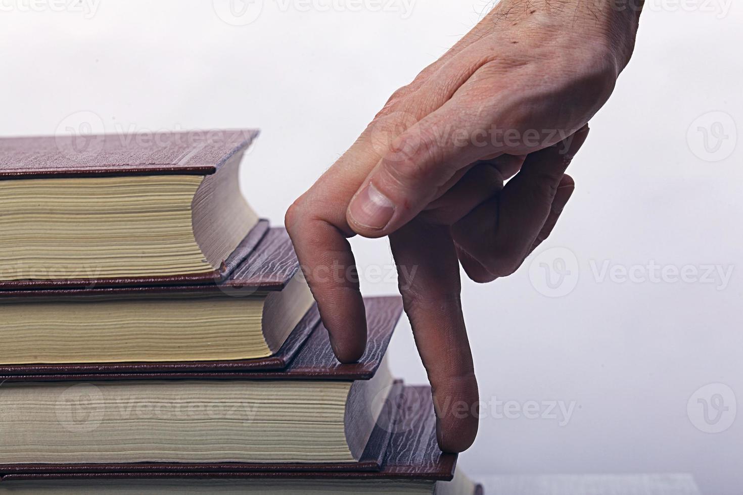 pilha de livros polegares foto