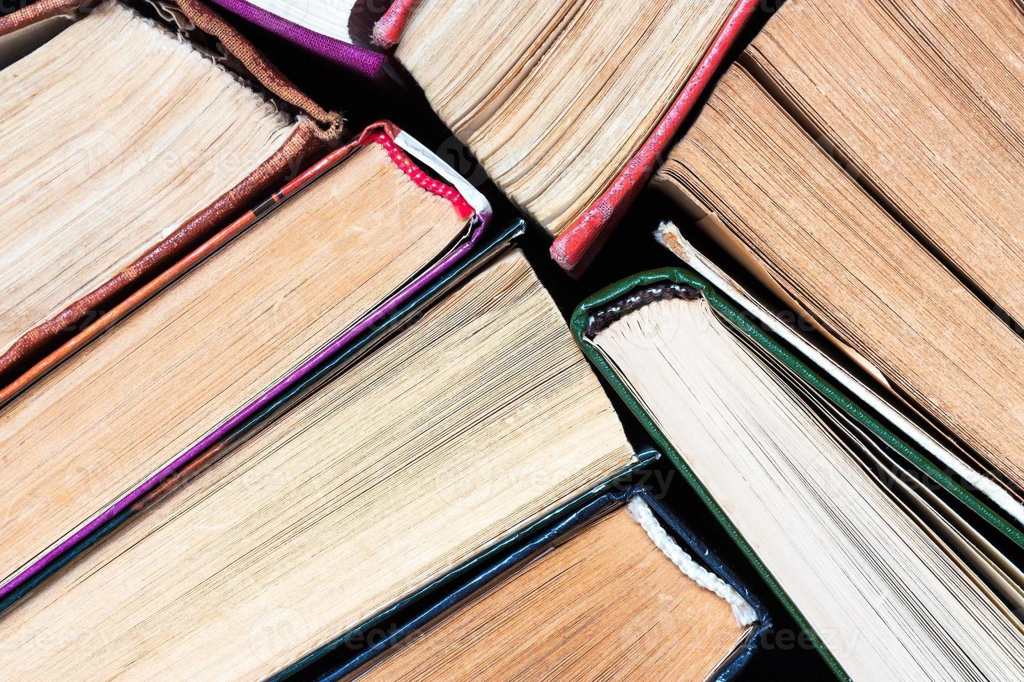 vários livros antigos foto