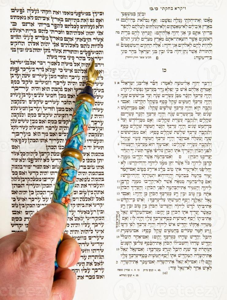 bar mitzvah menino praticando a leitura da Torá close-up foto