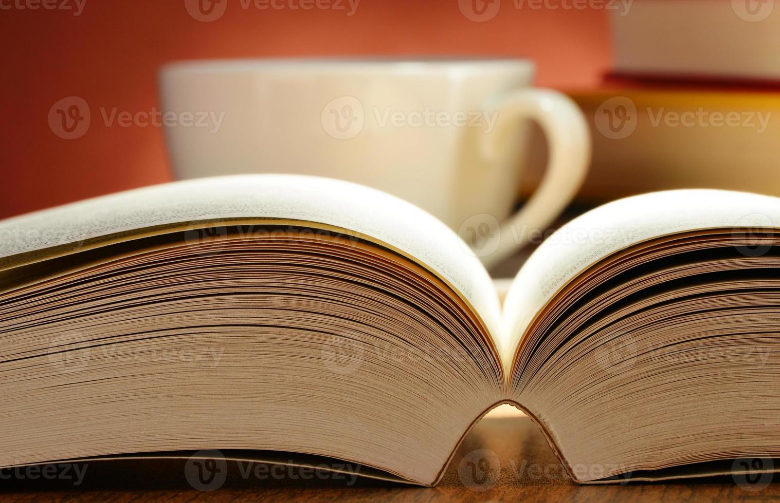 composição com livros sobre a mesa foto