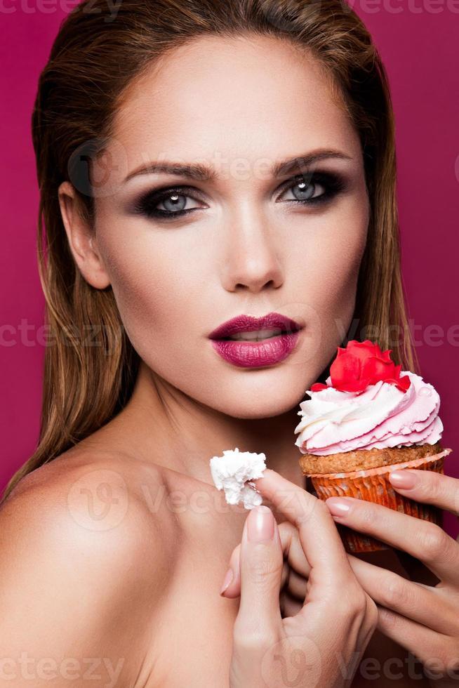 menina bonita moda com cupcake foto