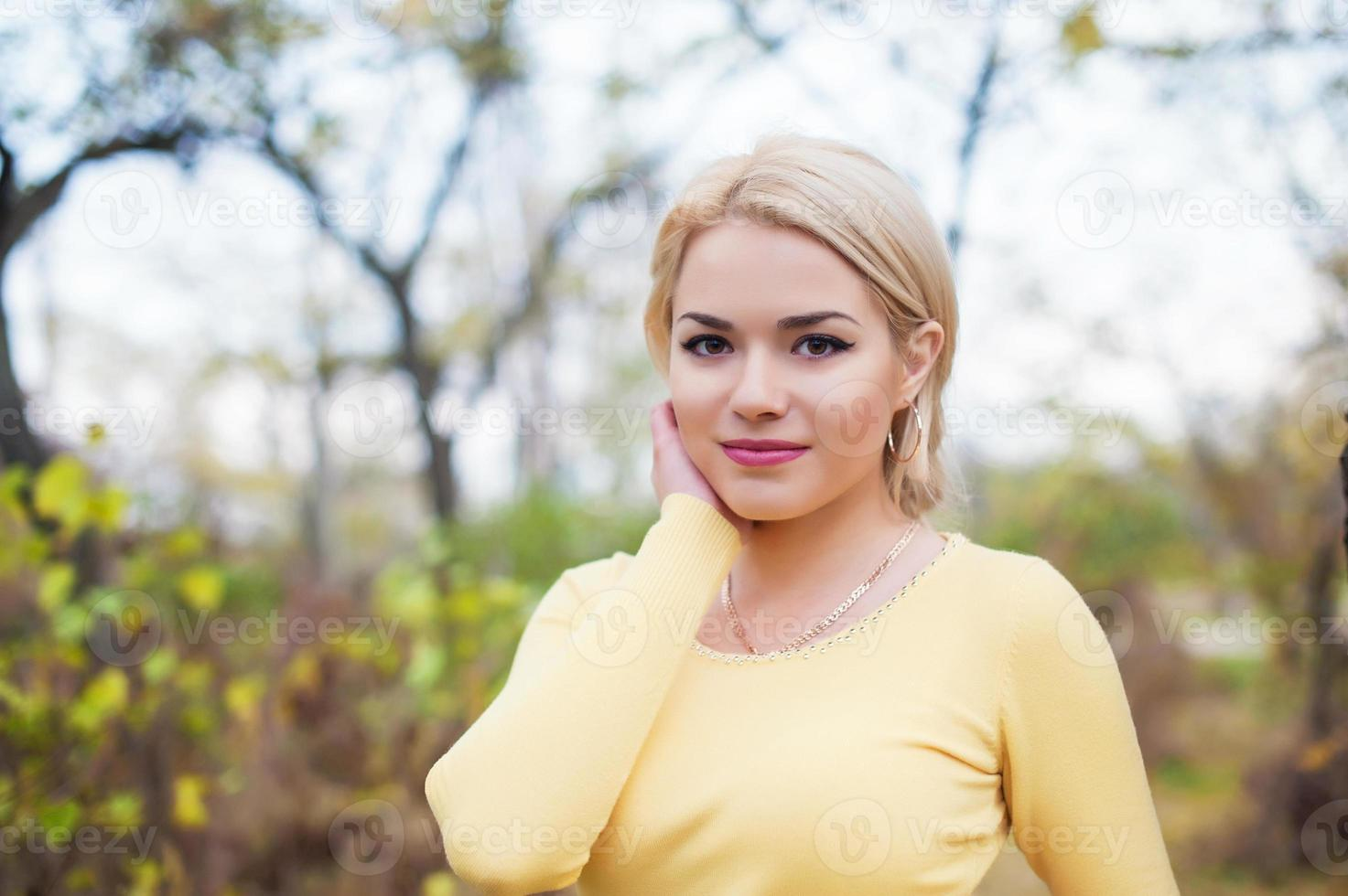 close-up retrato sorrindo lindo modelo feminino ao ar livre foto