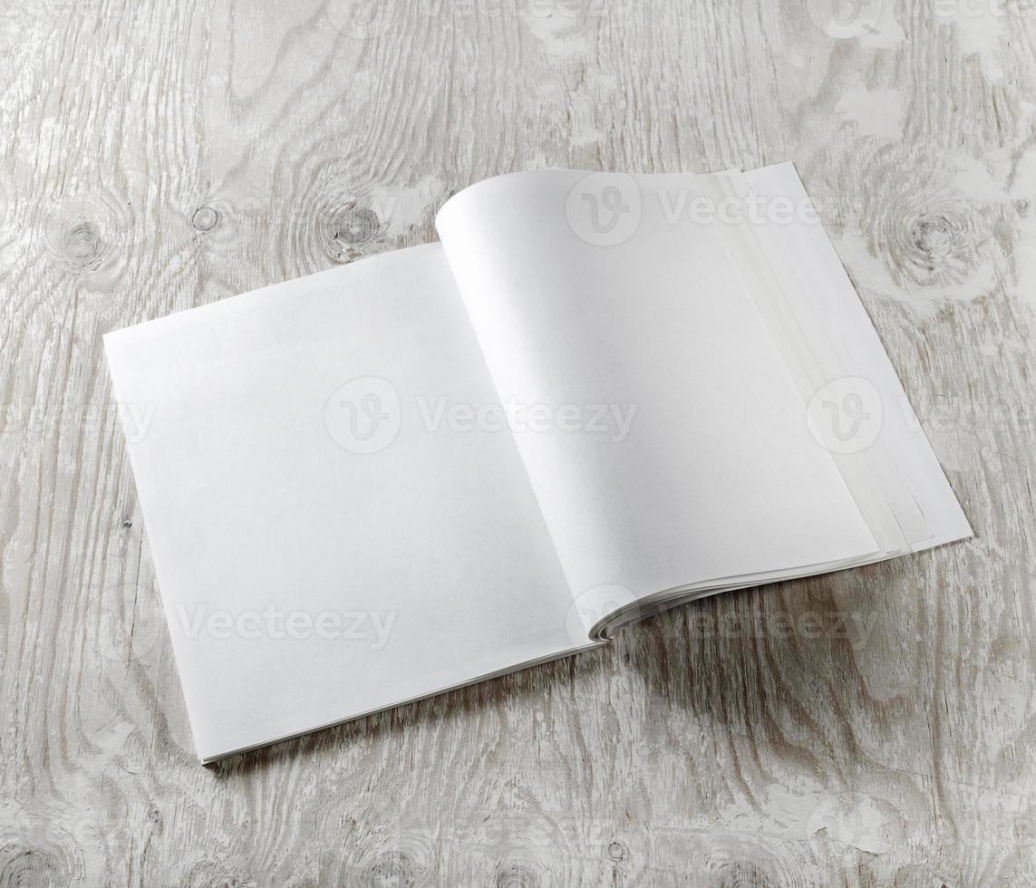 revista aberta em branco foto