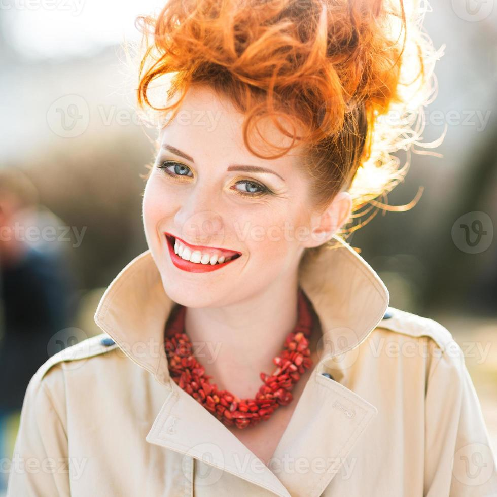 mulher jovem e bonita sorrindo foto