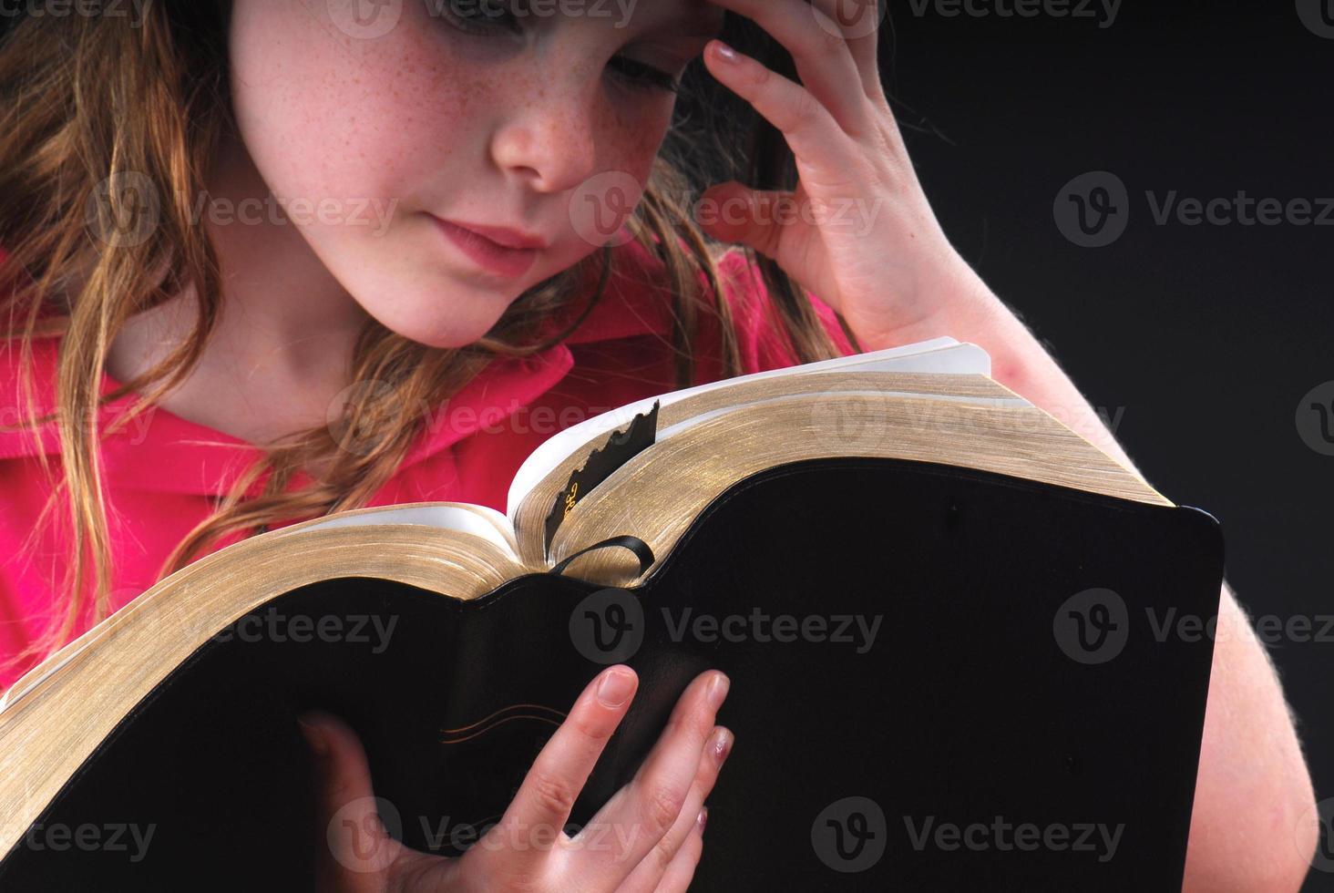 menina estudando a bíblia foto