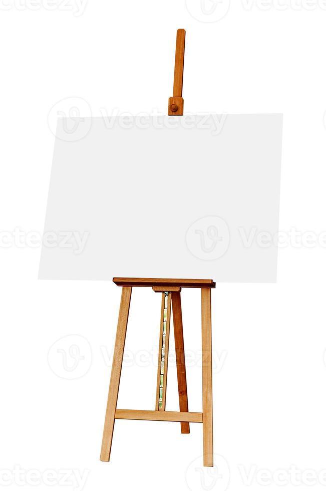 cavalete de madeira com tela de pintura em branco, isolada no branco est foto