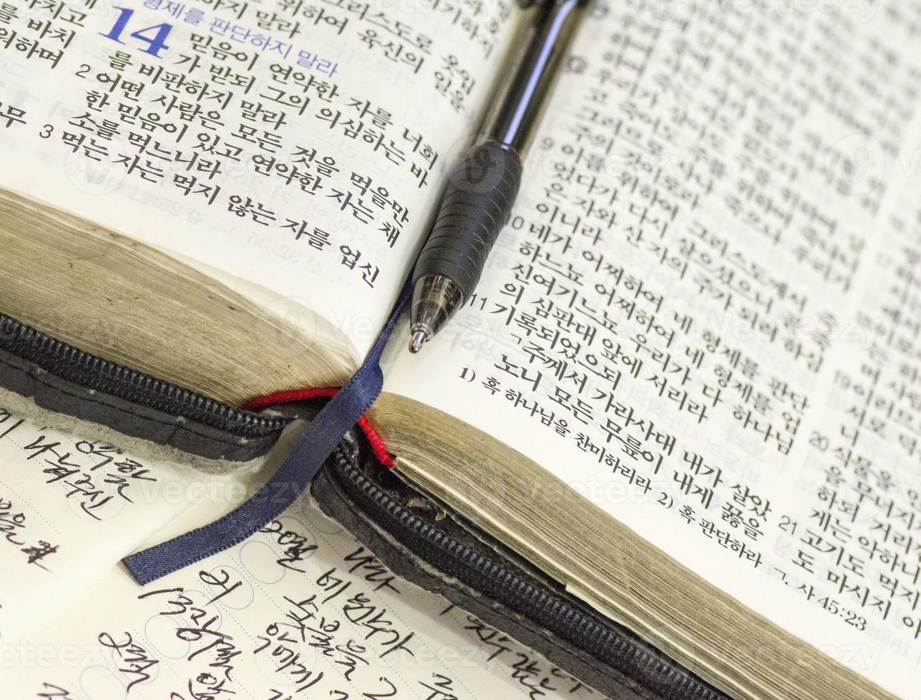 Bíblia coreana, com caneta e notas foto