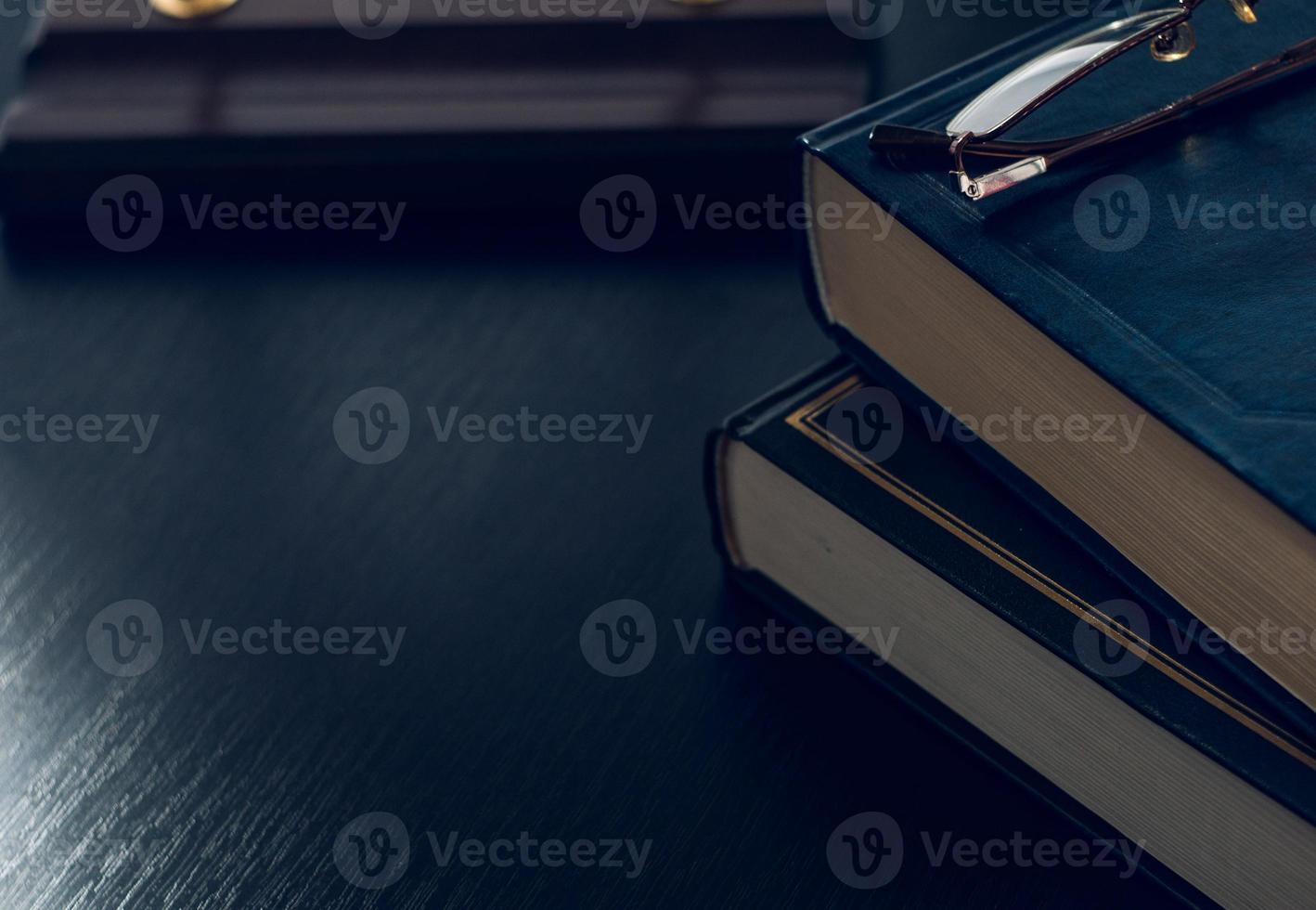 pilha de livros e óculos, simbolizando o conceito de hábito de leitura foto