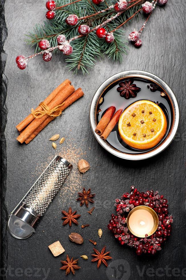 especiarias e vinho quente natal foto