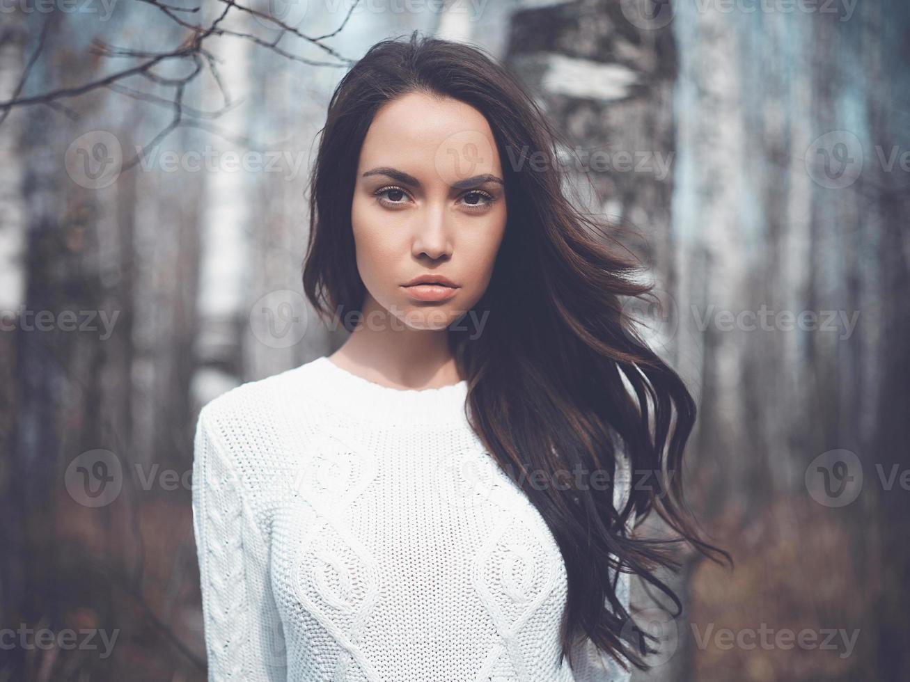 bela dama em uma floresta de vidoeiro foto