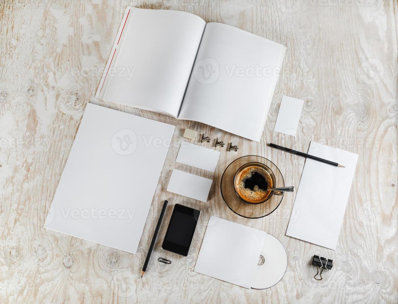 artigos de papelaria em branco foto