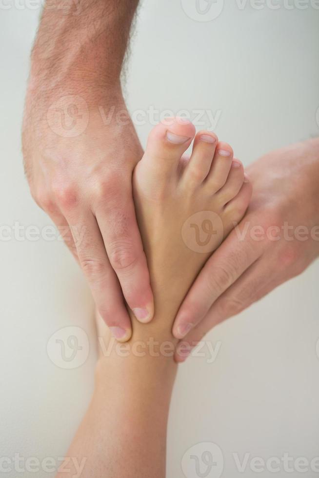 close-up de fisioterapeuta amassar pacientes pé foto
