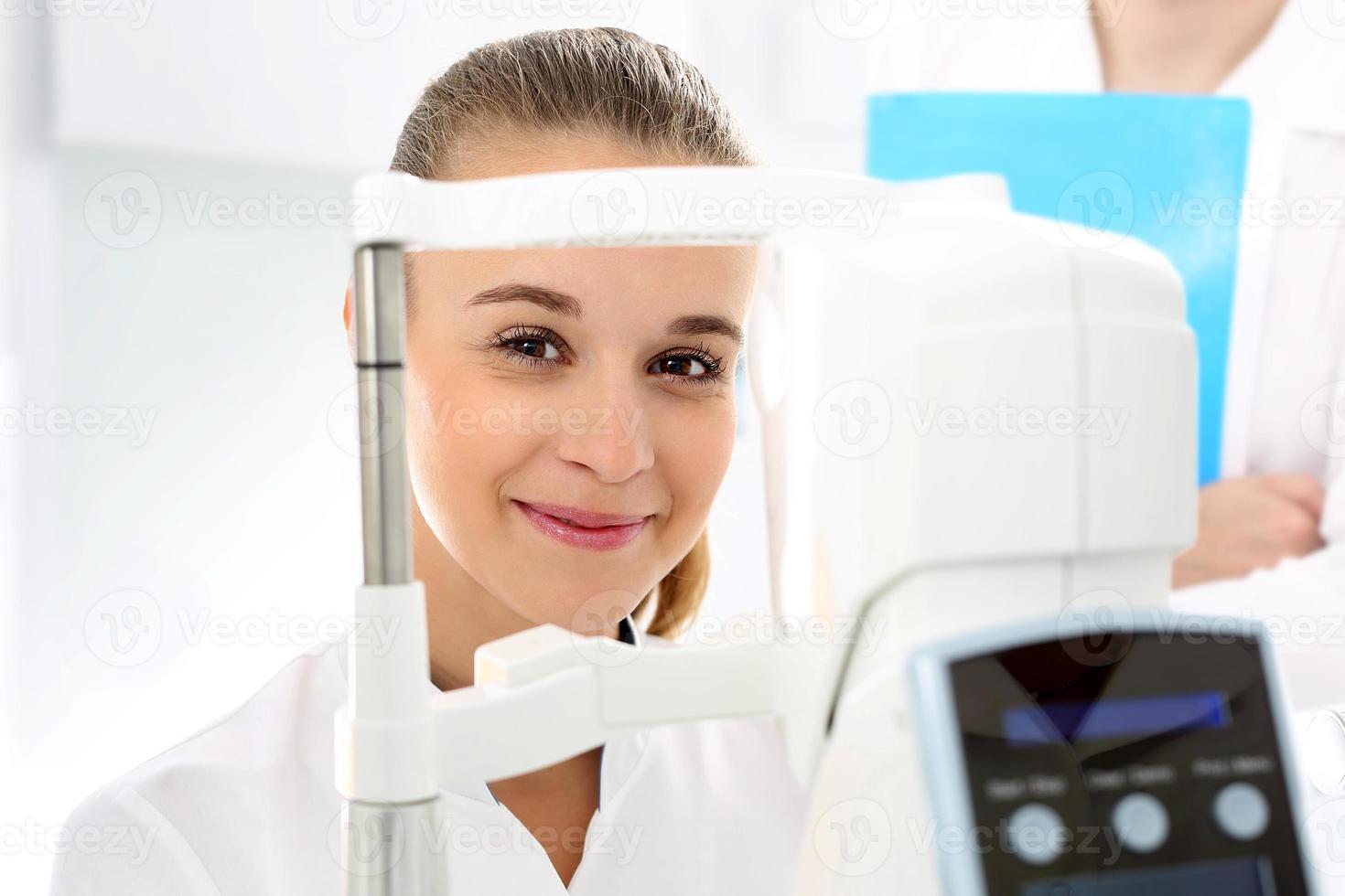 mulher em oftalmologista. foto
