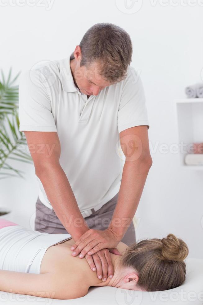 fisioterapeuta fazendo massagem no pescoço foto