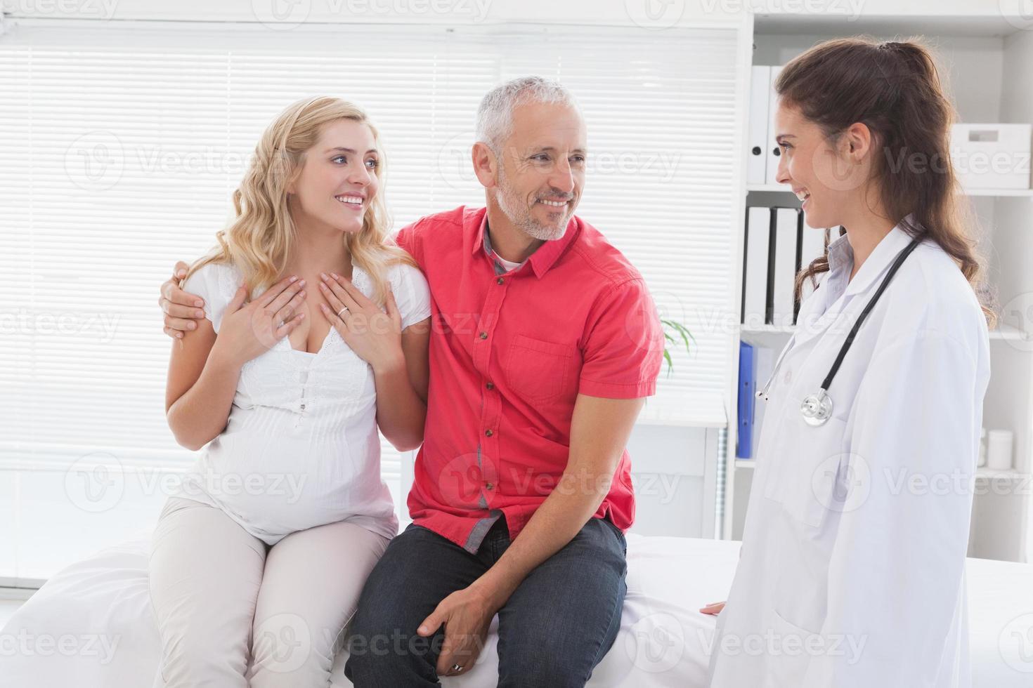 paciente sorridente, consultando um médico foto