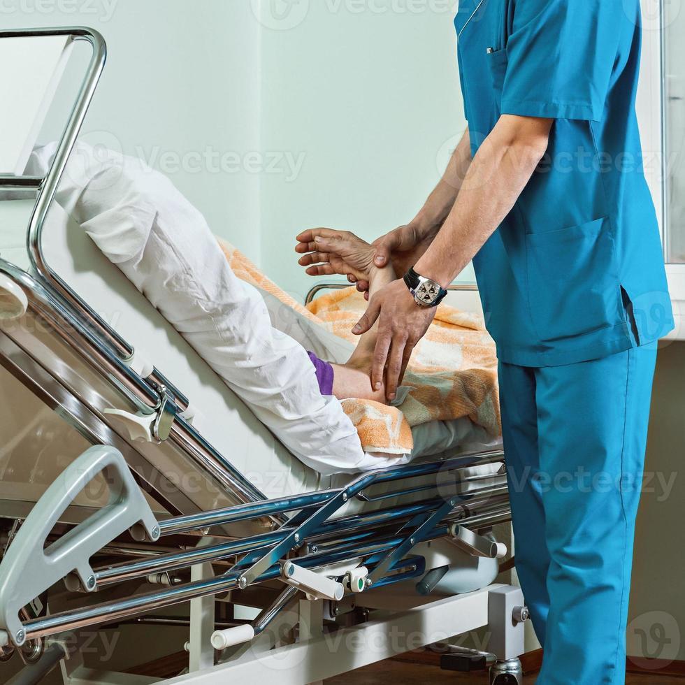 o médico verifica o pulso de um paciente. foto