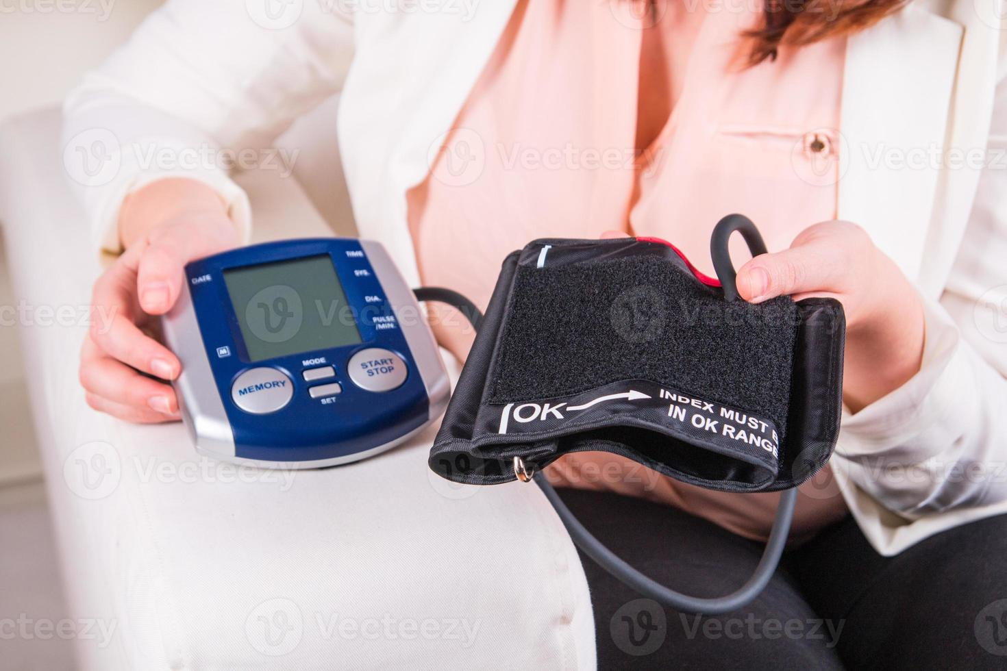 teste de pressão arterial no consultório médico foto