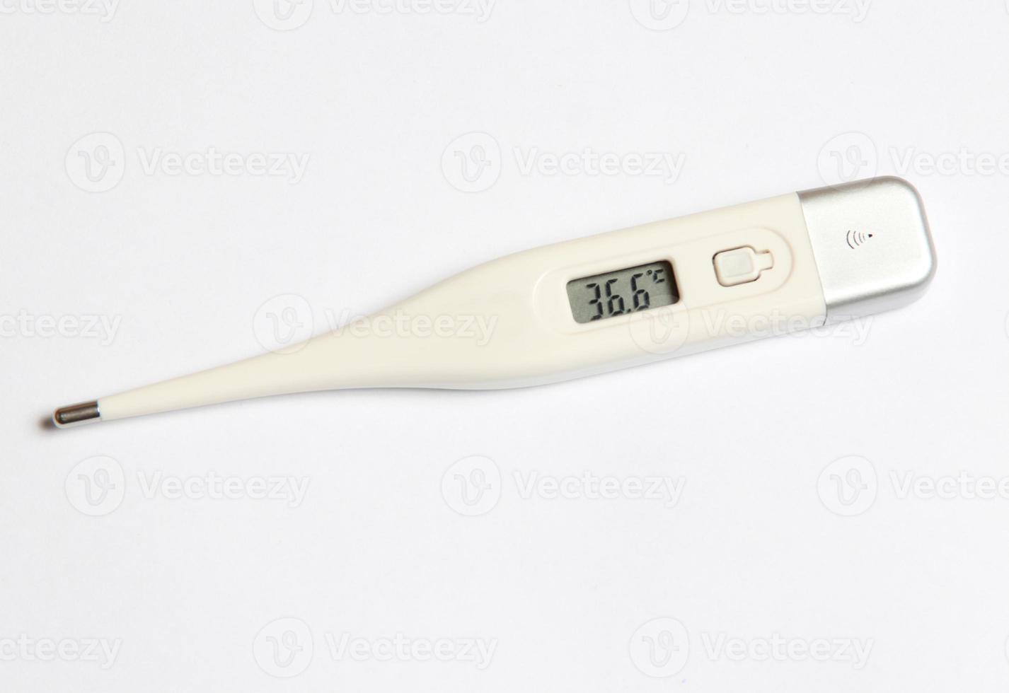 termômetro eletrônico em um fundo branco foto