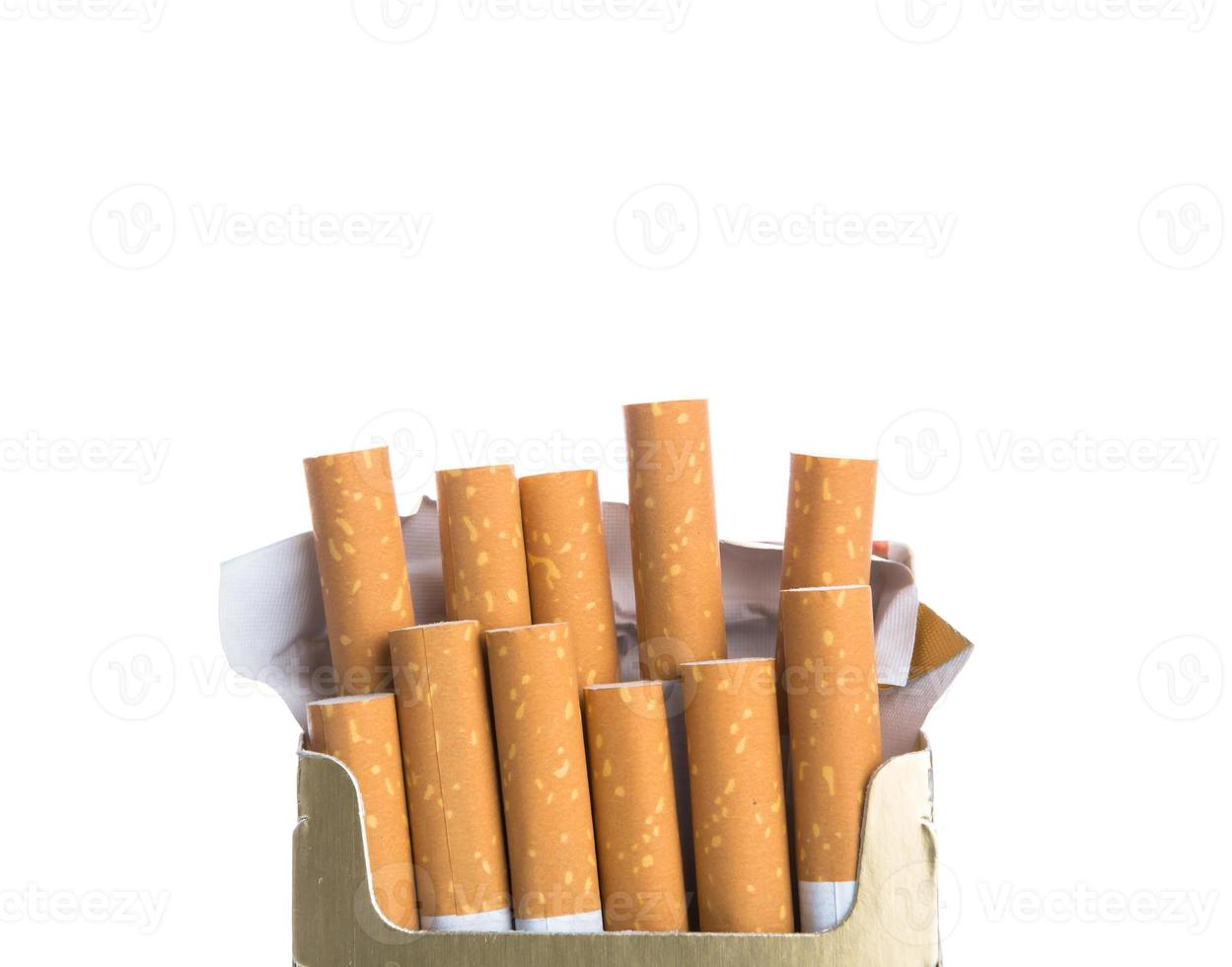 caixa de cigarros isolado em um fundo branco foto