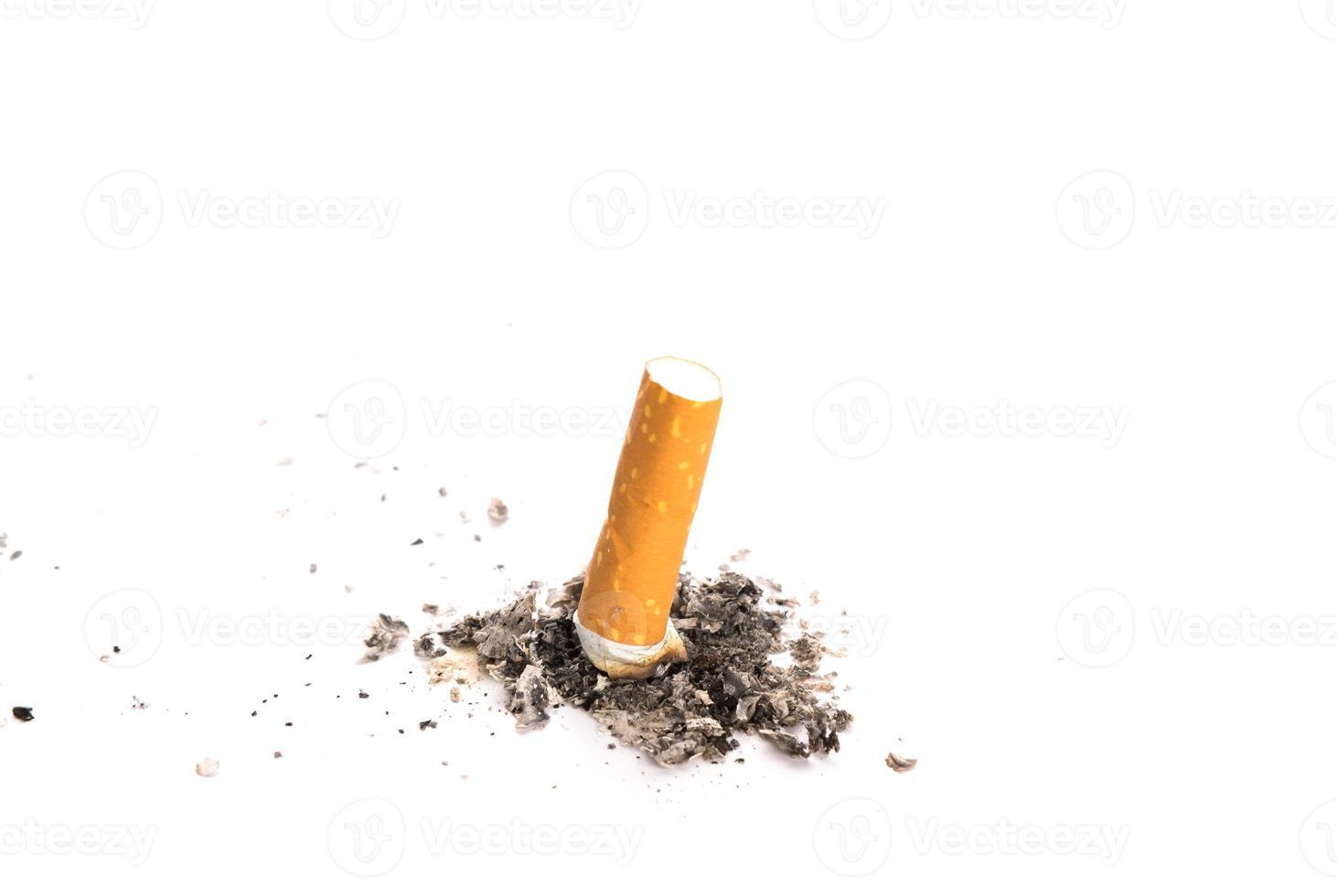 bituca de cigarro com cinzas, isolado no fundo branco foto