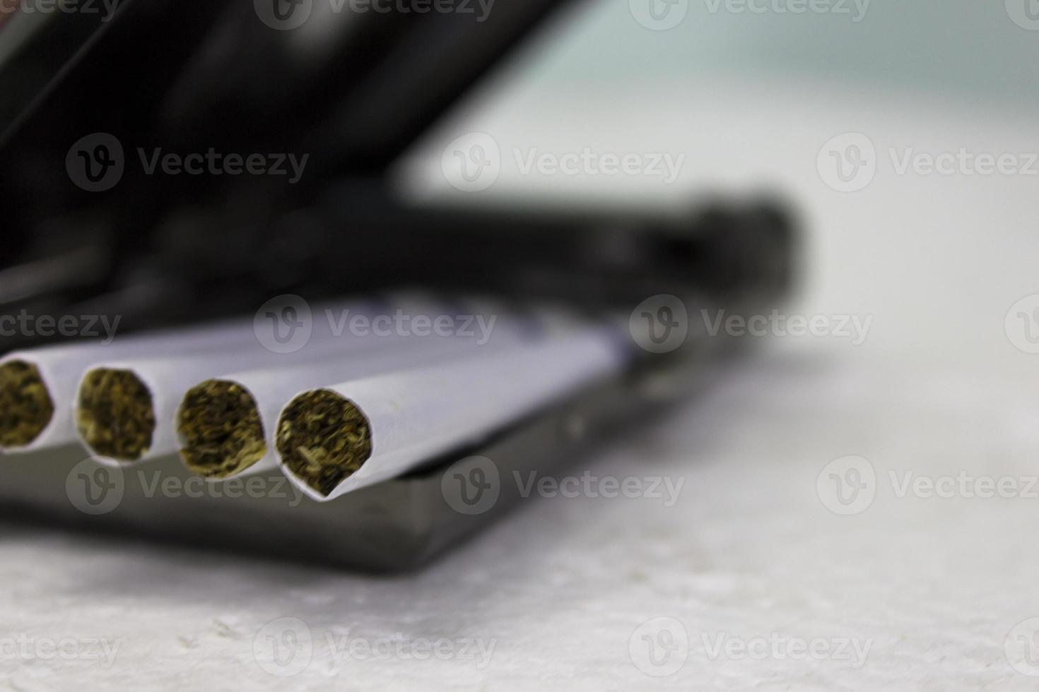 cigarros e estojo foto