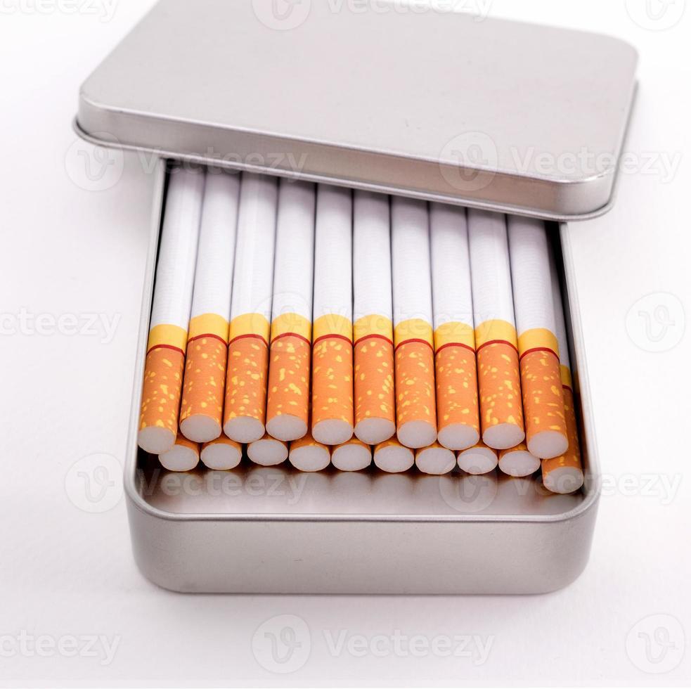 cigarros em caixa de metal foto