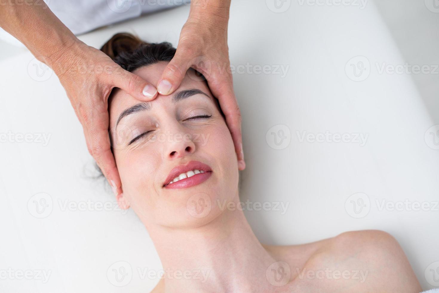 fisioterapeuta fazendo massagem na cabeça foto