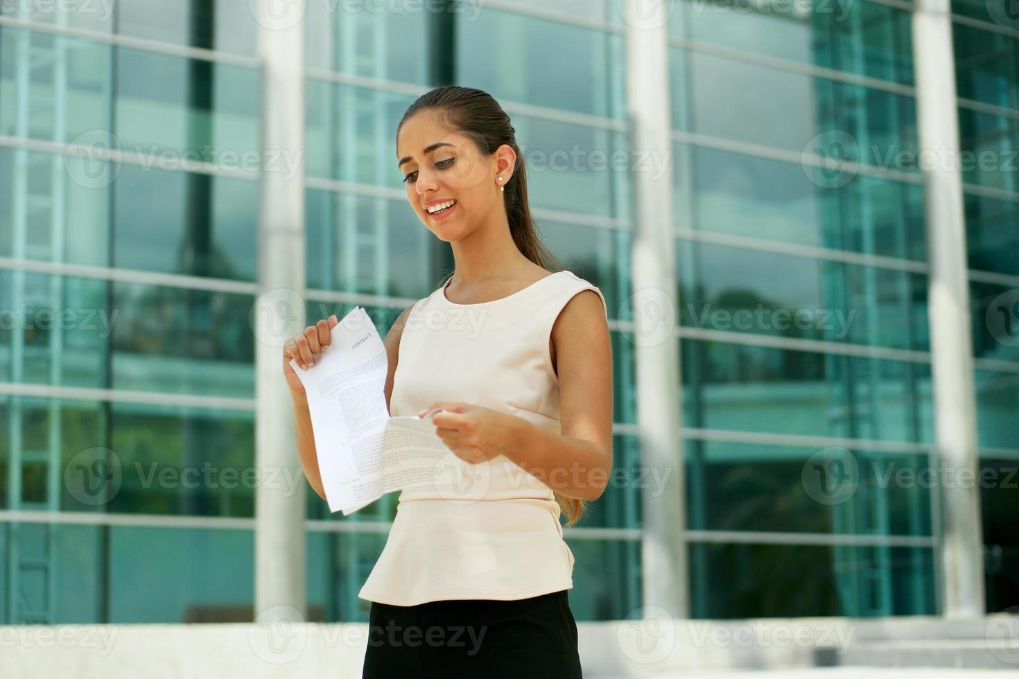 mulher de negócios jovem dispensa seu emprego rasgando contrato foto