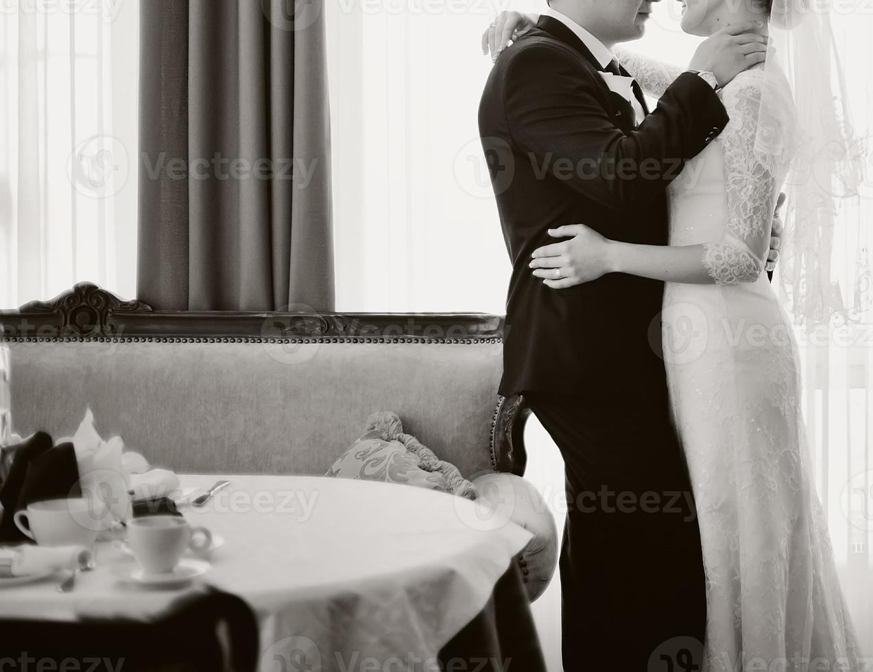 jovem casal de noivos abraçando. foto