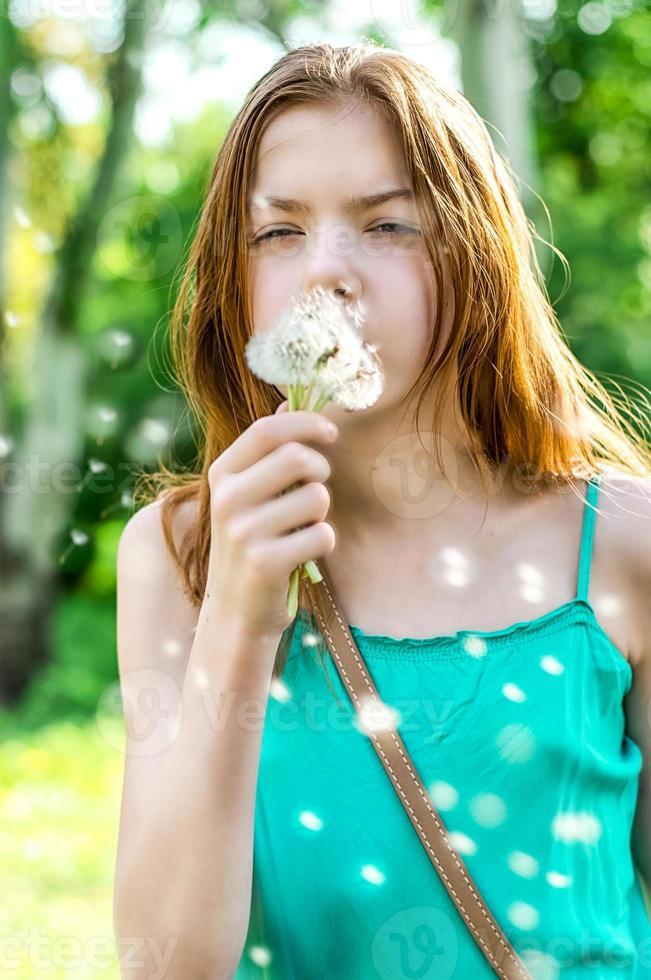 menina adolescente e dente de leão foto