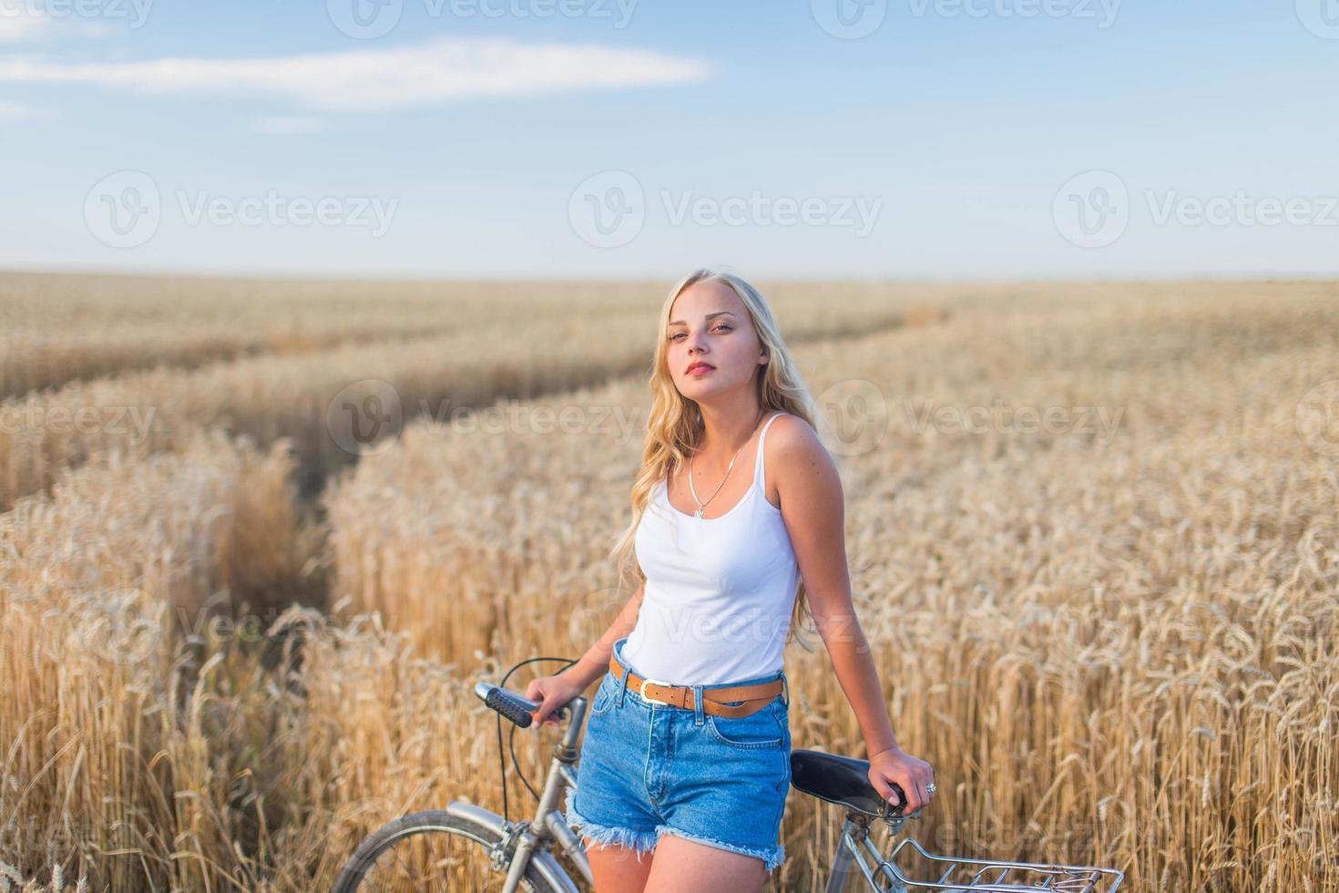jovem garota está sorrindo no campo foto
